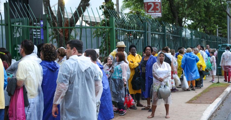 6.jan.2016 - Foliões aguardam abertura dos portões do Anhembi para segunda noite de desfiles