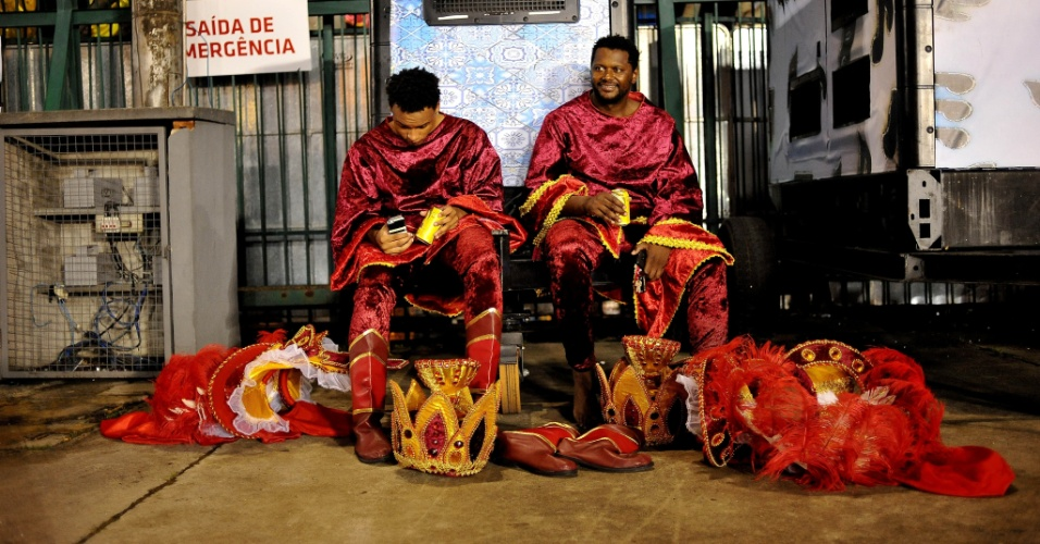 7.fev.2016 - Foliões sentam e descansam na dispersão do Império de Casa Verde, na madrugada deste domingo