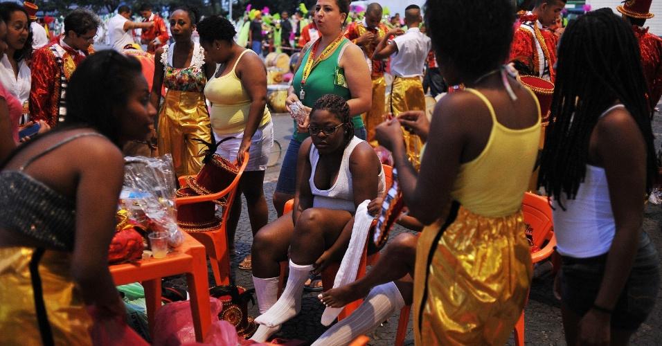 7.fev.2016 - Passistas da Tom Maior se arrumam para desfile neste domingo, do Grupo de Acesso. Tema do samba-enredo deste ano homenageia o cantor e compositor Milton Nascimento