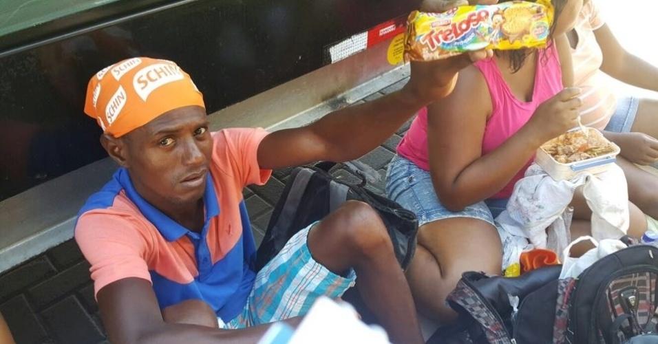 9.fev.2015 - Alekssndro Souza, de 35 anos, veio com uma caravana do bairro de Nova Brasília, subúrbio de Salvador, para tentar uma vaga como cordeiro dos blocos