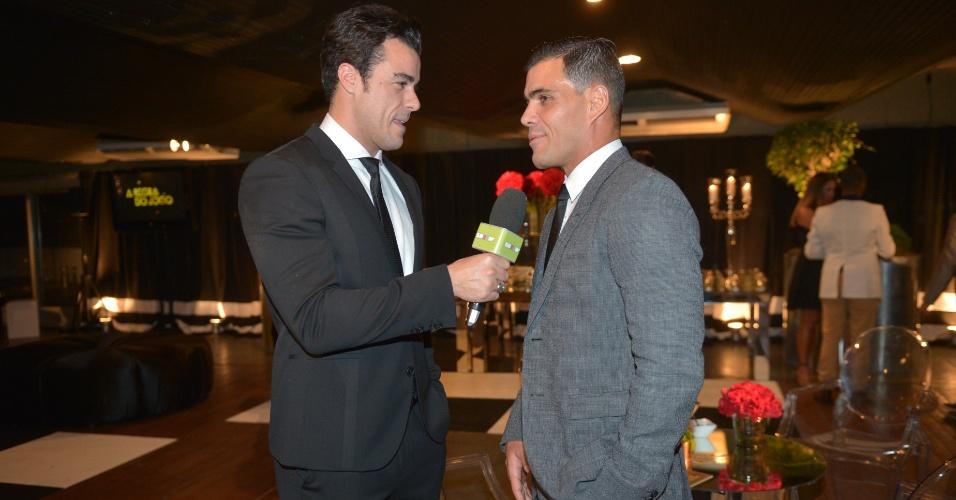 Com repórter do Vídeo Show, Joaquim Lopes teve que entrevistar seus colegas como Juliano Cazarré na festa de