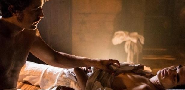 """Tolentino (Ricardo Pereira) observa André (Caio Blat) dormir em """"Liberdade, Liberdade"""" - Reprodução/Gshow"""