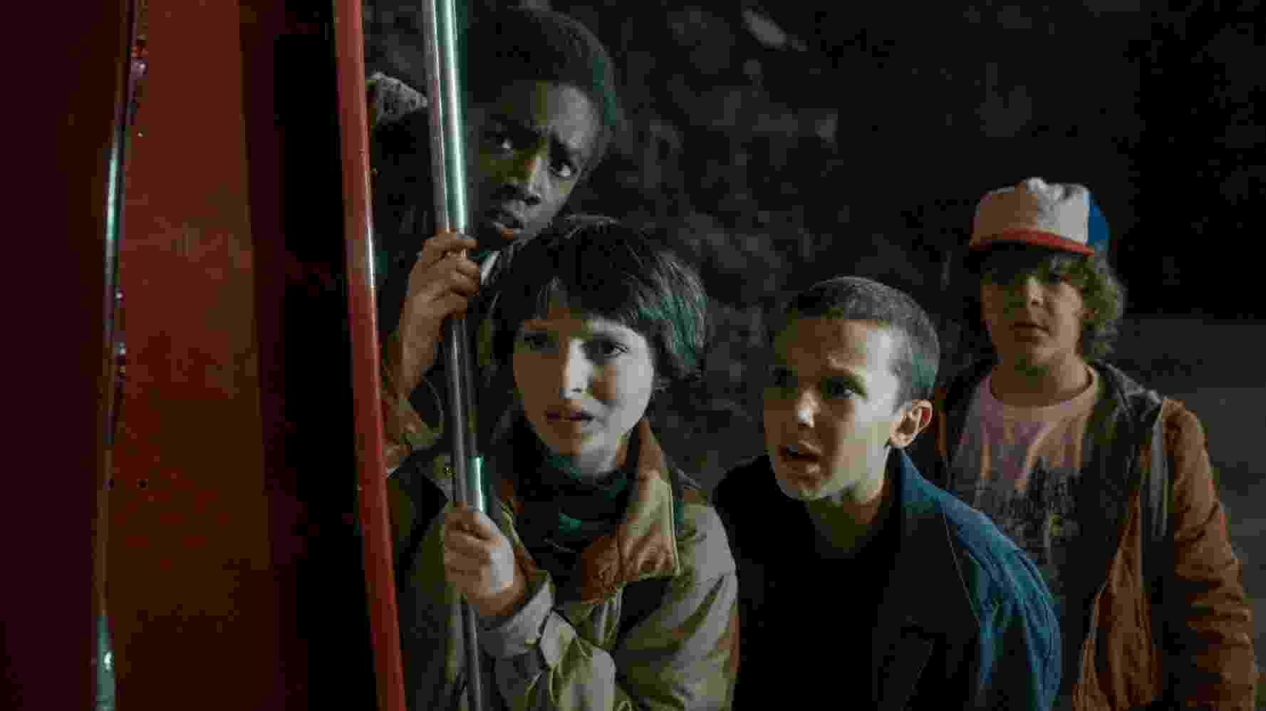 "Caleb McLaughlin, Finn Wolfhard, Millie Bobby Brown e Gaten Matarazzo em cena de ""Stranger Things"" - Divulgação/Netflix"