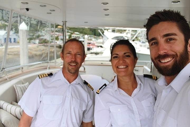 Aqui, a brasileira aparece entre os colegas. Os três vestem o uniforme que costuma ser usado na recepção dos convidados