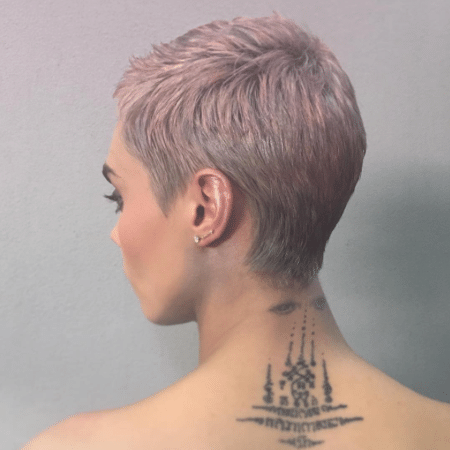 Cara Delevingne coloriu os fios em tons de rosa e prata - Reprodução/Instagram