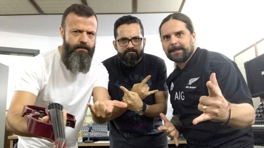 """Amon Lima, da Família Lima, o maestro Renato Zanuto, e Andreas Kisser, do Sepultura, preparam os arranjos da nova versão de """"Roots Bloody Roots"""" - Divulgação"""