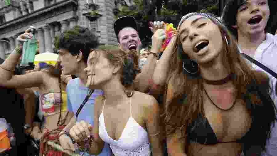 Foliões se divertem no bloco feminista Pagu durante a tarde desta terça (13) no centro de São Paulo - Nelson Antoine/UOL