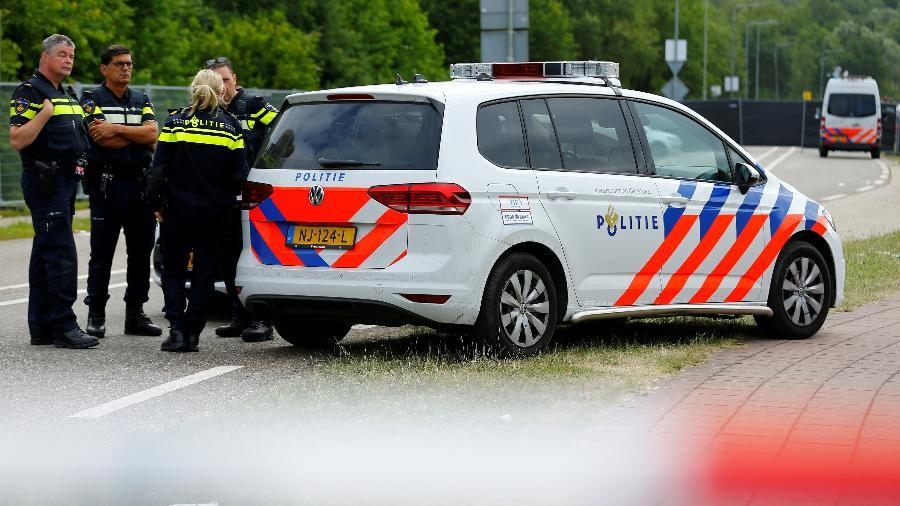 Policiais próximos ao local onde uma caminhonete atropelou várias pessoas depois do festival Pinkpop - REUTERS/Thilo Schmuelgen