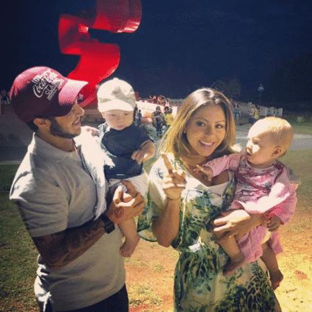 Thammy Miranda e Andressa se divertem com bebês - Reprodução/Instagram