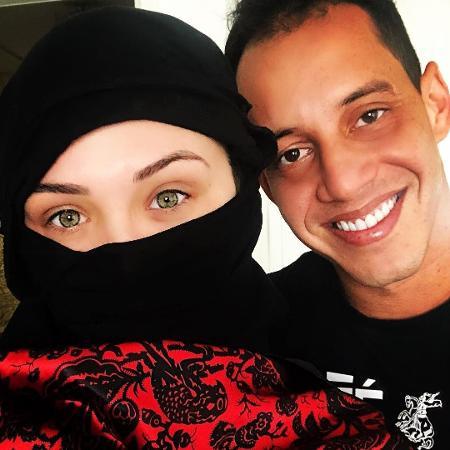 Fernanda Batista, ex-bailarina do Faustão, cobre todo o corpo em foto com o namorado, o jogador Rodriguinho, no Egito - Reprodução/Instagram/fernandagbatista