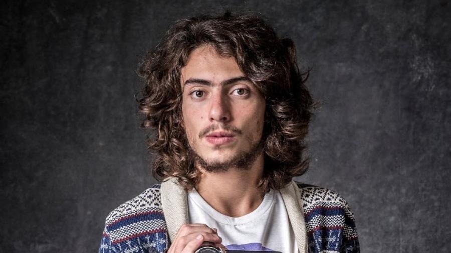 """Leonardo (Jaffar Bambirra) é um videomaker em """"O Sétimo Guardião"""" - Globo"""