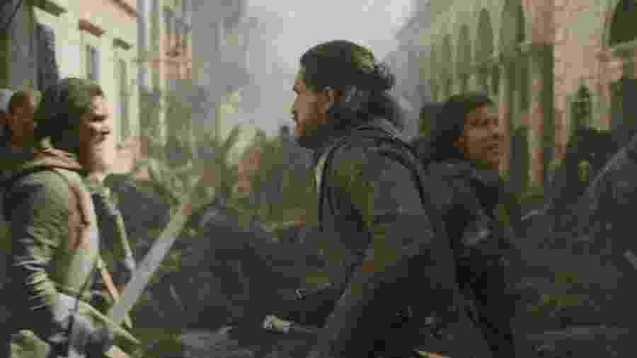 A publicitária Fernanda Lacerda, de 26 anos, aparece atrás de Jon Snow em cena que foi ao ar neste domingo (12) - Divulgação