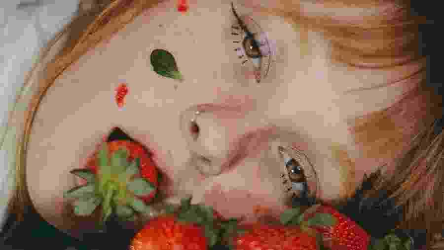 Modelo em cenário improvisado com morangos  - heytominie/Reprodução/Twitter