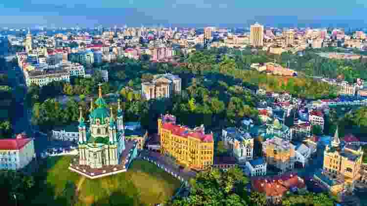 Kiev possui diversas opções de restaurantes acessíveis, ruas estilosas e igrejas nos padrões eslavos - Getty Images/iStockphoto