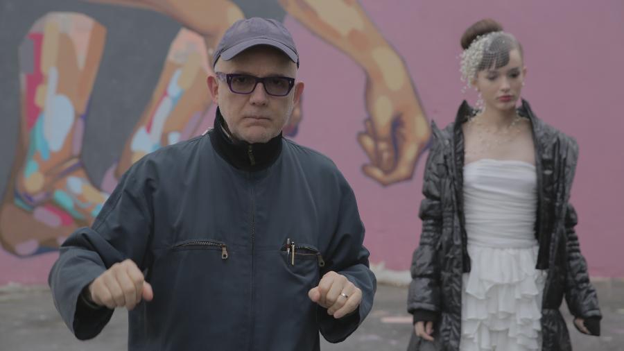 """Bruno Barreto na direção de """"Toda Forma de Amor"""". Ao fundo, Gabrielle Joie, protagonista da série. - Filipe Vasconcelos Vianna"""