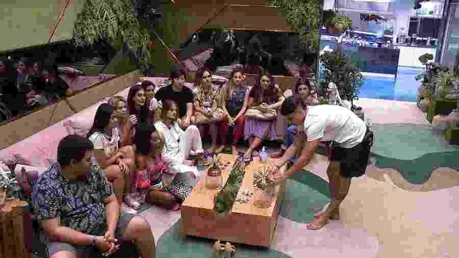 Brothers recebem álcool gel no BBB 20 - Reprodução/TV Globo