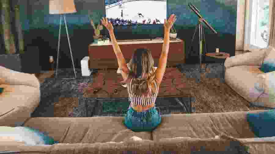 Sala de TV precisa ter conforto, mas também respeitar algumas regras para aproveitar o melhor sem prejudicar a saúde - Unsplash