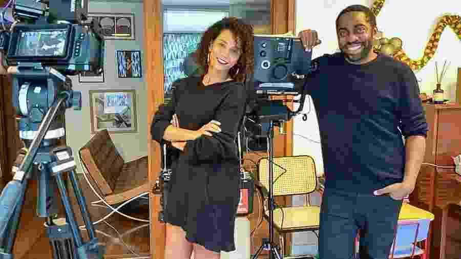 Taís Araújo e Lázaro Ramos em casa, com o equipamento de gravação que estão usando para gravar nova série da Globo - Divulgação Globo / Estevam Avellar