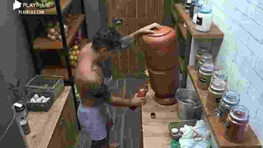 A Fazenda 2020: Biel toma água antes de cair no sono - Reprodução/Playplus