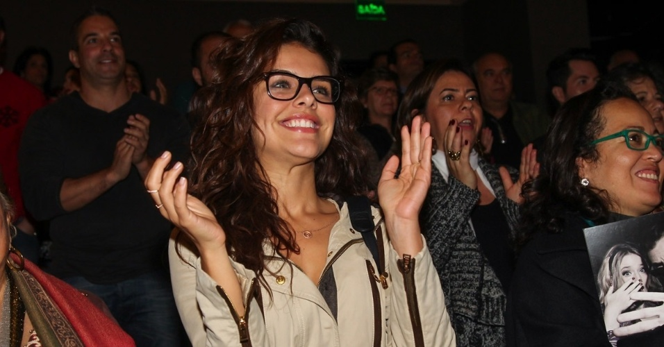 25.jul.2015 - Paloma Bernardi aplaude elenco do espetáculo
