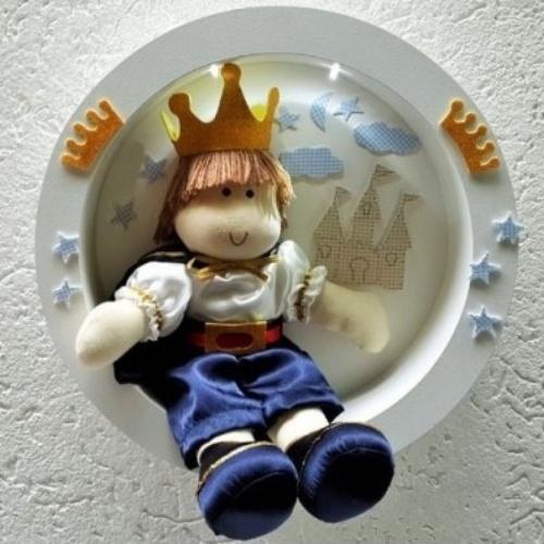 Quadro redondo em MDF com boneco de algodão, com 32 centímetros de diâmetro, da Sonhos e Lembranças (www.sonhoselembrancas.com.br). R$ 170. Preço pesquisado em agosto de 2015 e sujeito a alterações