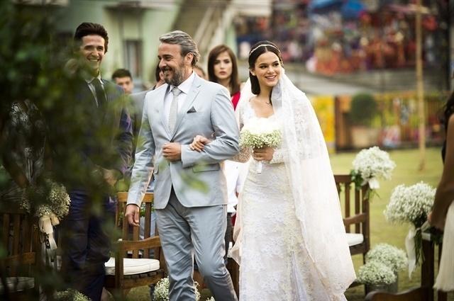 Juju (Alexandre Borges) entra com a noiva Mari (Bruna Marquezine)