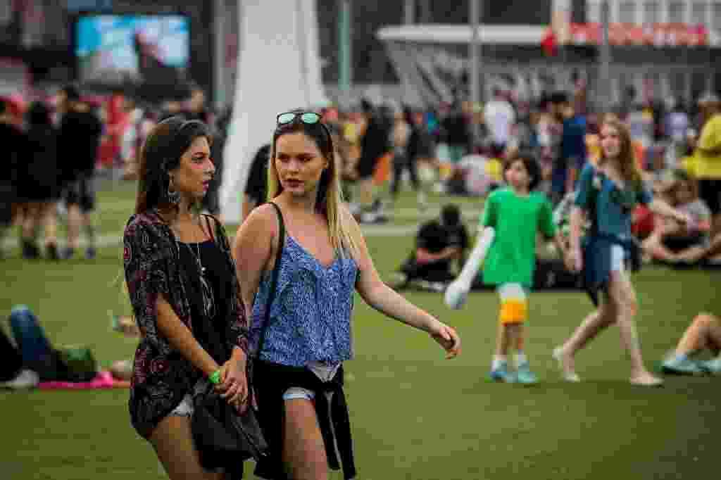 20.set.2015 - Gatas curtem o começo de tarde na Cidade do Rock, durante o terceiro dia do festival Rock in Rio 2015. - Eduardo Anizelli/Folhapress