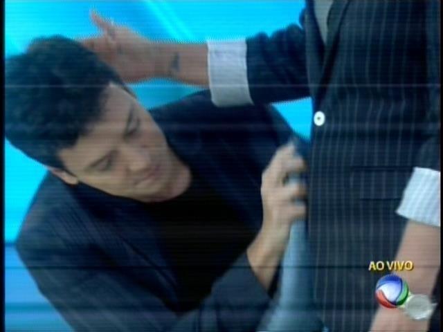 28.set.2015 - Rodrigo Faro limpa a roupa de Xuxa após se sujar com a apresentação de um participante do programa