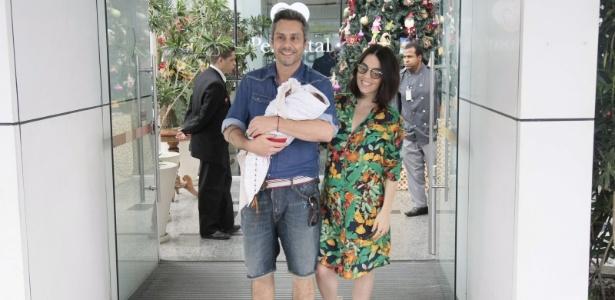 Alexandre Nero e a mulher, Karen Brusttolin, deixam a maternidade Perinatal da Barra da Tijuca, no Rio. A atriz e consultora de moda deu à luz Noá, o primeiro filho do casal - Jonhnson Parraguez/Brazil News