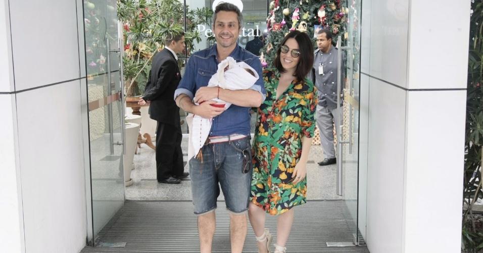 Alexandre Nero e a mulher, Karen Brusttolin, deixam a maternidade Perinatal da Barra da Tijuca, no Rio. A atriz e consultora de moda deu à luz Noá, o primeiro filho do casal, na última terça-feira