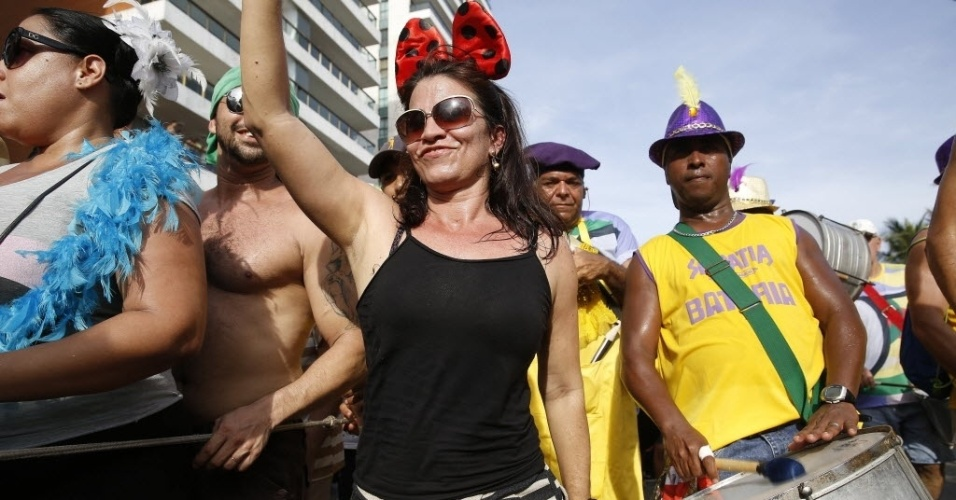 30.jan.2016 - Foliã desfila em meio aos percussionistas do bloco Simpatia É Quase Amor
