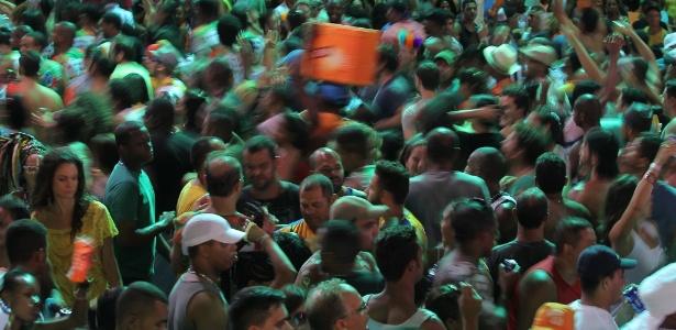 """Foliões brincam em Salvador na """"pipoca"""", apelido dado ao Carnaval sem cordas"""