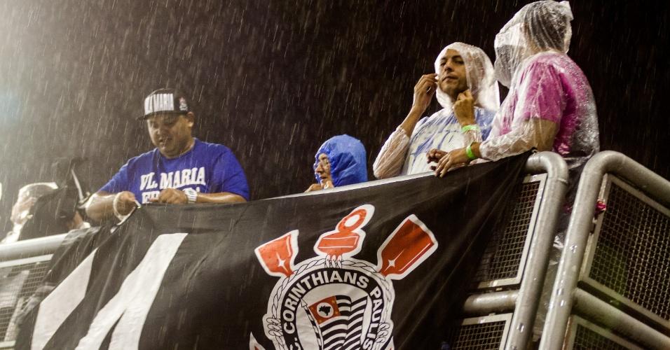 5.jan.2015 - Foliões chegam ao Anhembi para primeira noite de desfiles para assistir a Gaviões