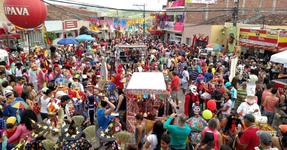 7.fev.2016 - No Carnaval pernambucano, a cidade de Bezerros, a 100 km do Recife (PE), recebe o tradicional desfile e papangus