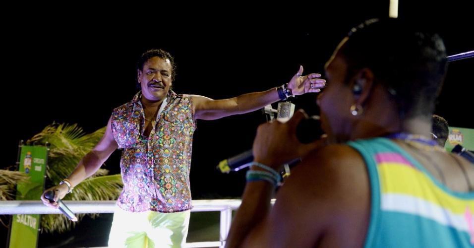 9.fev.2016 - Compadre Washington e Beto Jamaica cantam no circuito Barra-Ondina no ano em que É o Tchan volta a ter destaque no Carnaval baiano