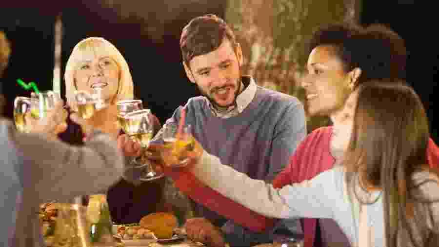 Ao ver os pais bebendo compulsivamente ou todos os dias, o adolescente pode achar que só é possível se divertir bebendo - Getty Images