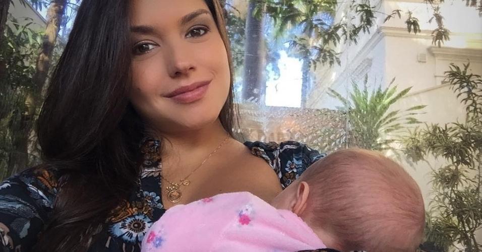 """25.ago.2016 - Thais Fersoza postou foto em seu Instagram amamentado Melinda. """"É muito amor"""", escreveu ne legenda"""