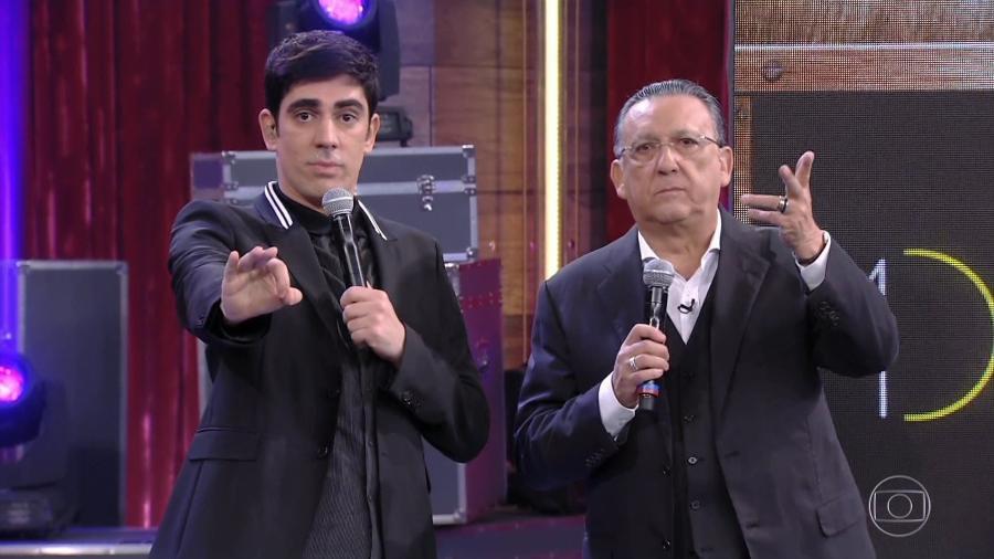 """Marcelo Adnet e Galvão Bueno pisam em uvas na estreia de """"Adnight"""" - Reprodução/TV Globo"""