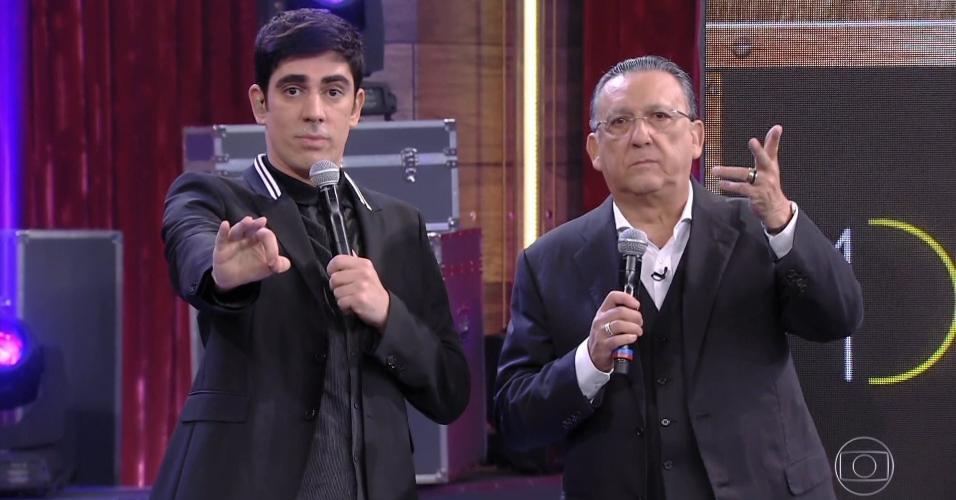 Marcelo Adnet e Galvão Bueno pisam em uvas na estreia de