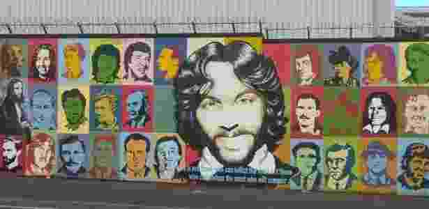 Combatentes do IRA são lembrados do lado católico do muro  - Amanda Serra/UOL