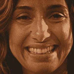 """Emocionada, Tereza (Camila Pitanga) comemora com Santo (Domingos Montagner) a gravidez de Olívia (Giullia Buscacio) em """"Velho Chico"""" - Reprodução/TV Globo"""