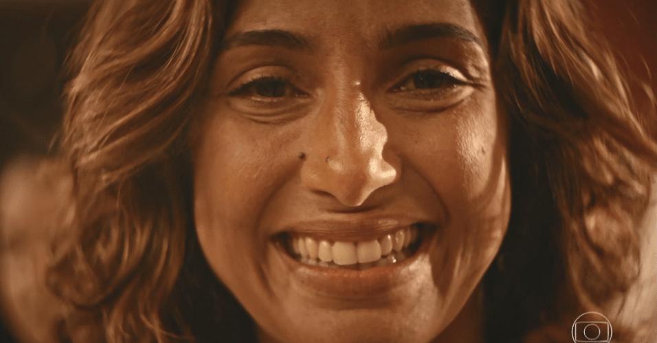 """Emocionada, Tereza (Camila Pitanga) comemora com Santo (Domingos Montagner) a gravidez de Olívia (Giullia Buscacio) em """"Velho Chico"""""""