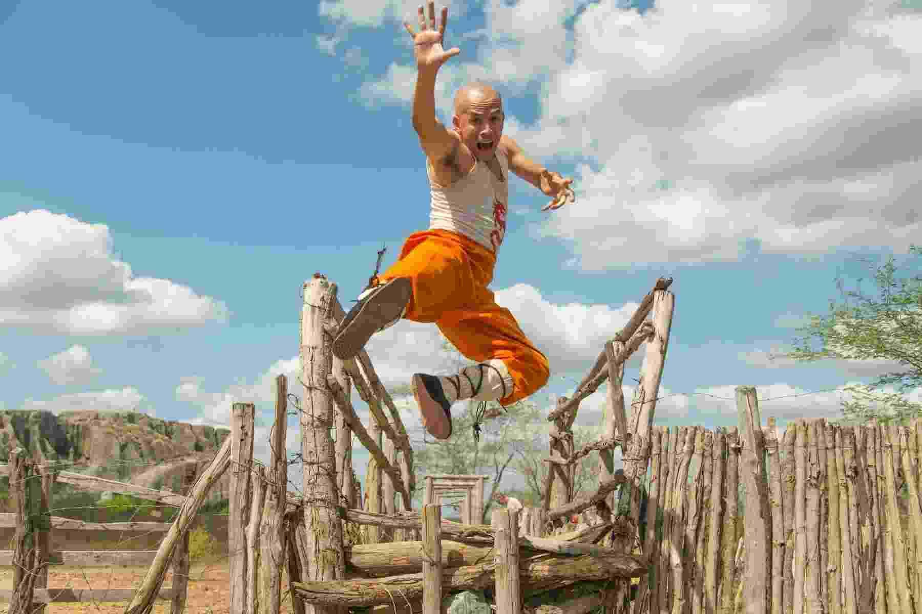 """O ator Edmilson Filho em cena da comédia """"O Shaolin do Sertão"""", de Halder Gomes - Divulgação"""