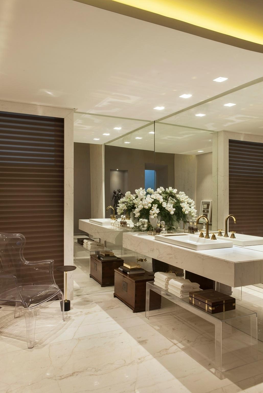 Casa Cor PE - 2016: apesar de luxuoso, o Lavabo Social, desenhado por Ju Nejaim, não cai na ostentação óbvia. Os elementos usados comumente em espaços clássicos, como o mármore e os espelhos, estão lá, mas o mobiliário ganha ares modernos pelo uso do acrílico. O