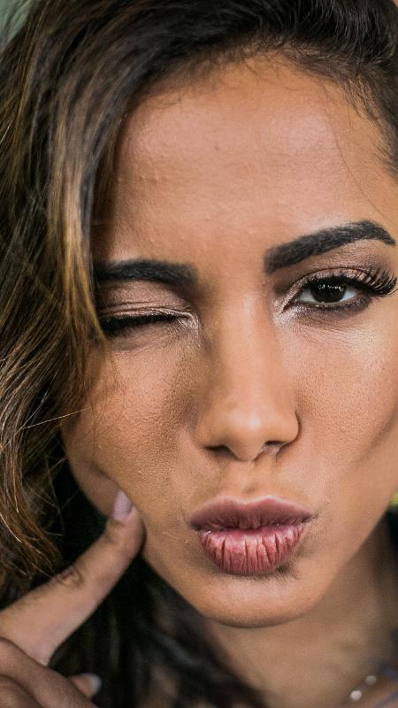 Meiga e abusada: Anitta faz caras e bocas nos bastidores do CarnaUOL - Bruno Santos/UOL