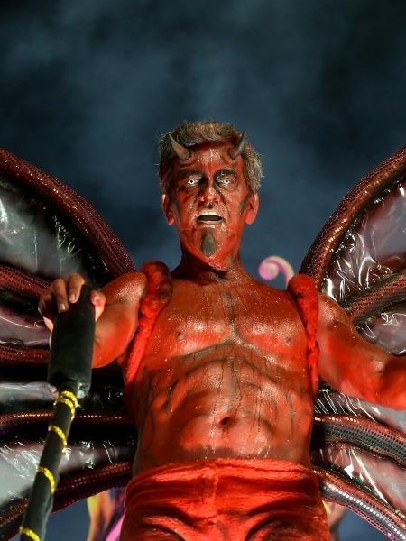 Componente de escola de samba se fantasia de diabo em desfile no Rio de Janeiro - Roberto Filho/Brazil News