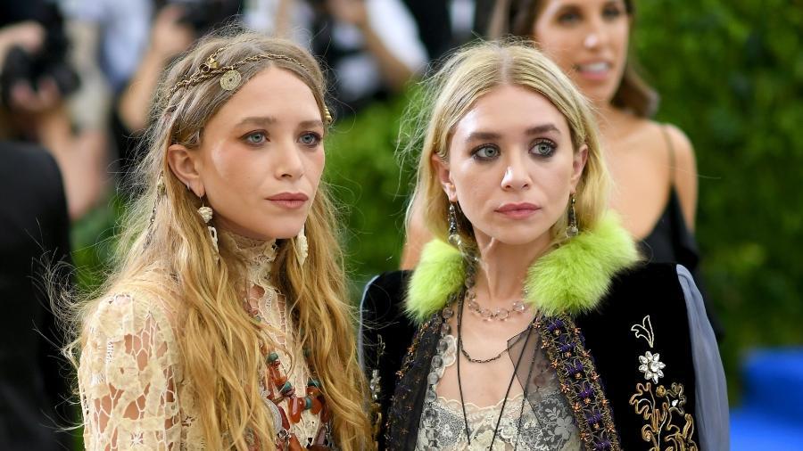 As irmãs Mary-Kate e Ashley Olsen chamam atenção pelo look  - Getty Images