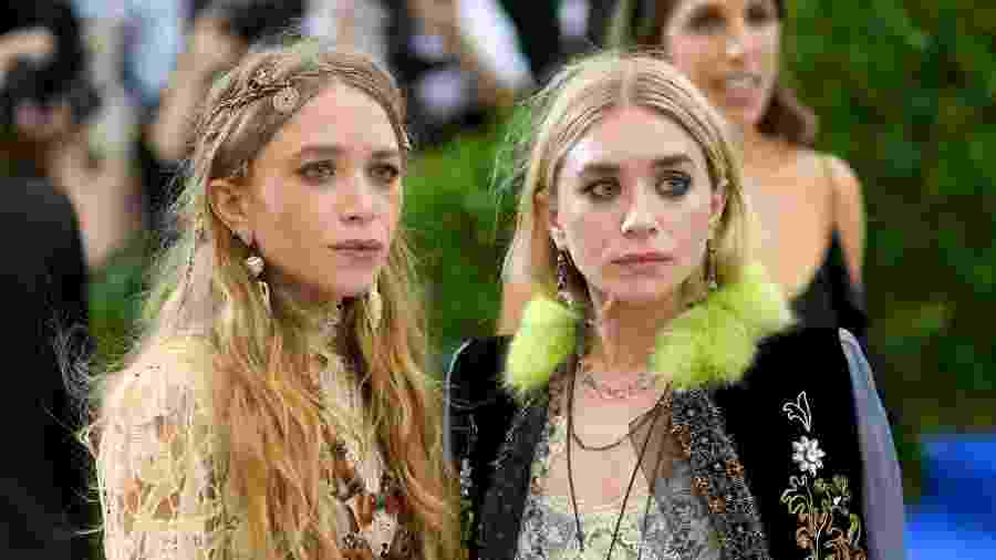 As irmãs Mary-Kate e Ashley Olsen chamam atenção pelo look  - Getty Images
