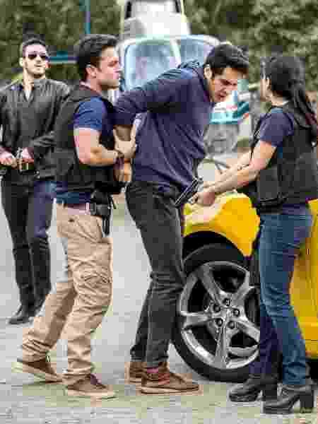 Cenas da prisão de Agnaldo (João Baldasserini) que vai ao ar dia 1º: concierge do Carioca Palace acaba sendo preso por Antônia (Vanessa Giácomo) - Fabio Rocha/Globo - Fabio Rocha/Globo