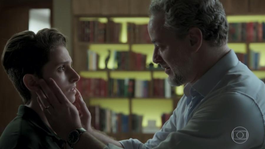 """Ivan (Carol Duarte) e Eugênio (Dan Stulbach) em cena de """"A Força do Querer"""" - Reprodução/Globo"""